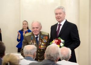 Сергей Собянин лично вручил ветеранам юбилейные медали
