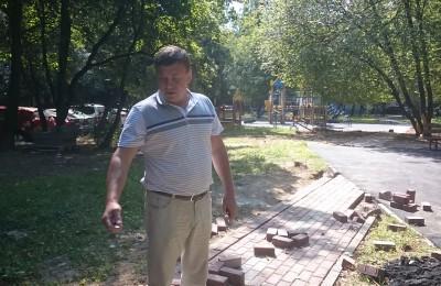 депутат Жабин во дворе дома № 4 корпус 2 и 3 по улице Красного Маяка