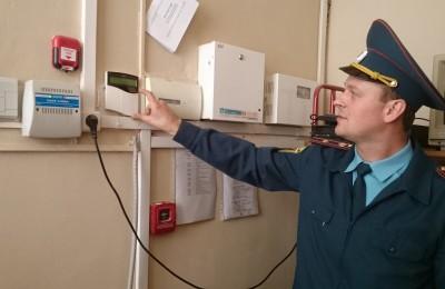 старший инженер управления МЧС по ЮЗАО Константин Носиков проверяет систему пожарной сигнализации в школе № 1533