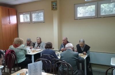 Пенсионеры в столовой