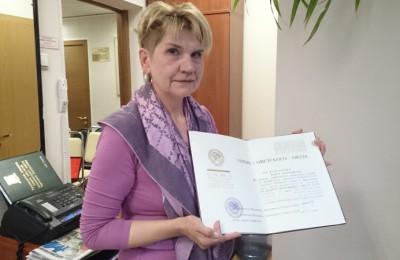 дочь с документом о присвоении отцу звания героя Советского Союза