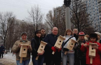 Депутаты муниципального округа Чертаново Центральное приняли участие в экологической акции по установке новых скворечников