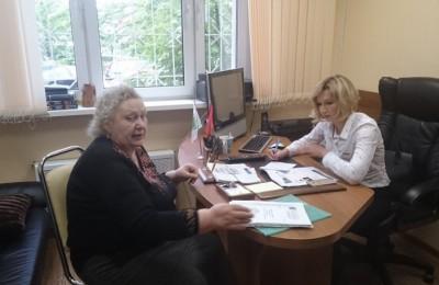 Депутат Мария Гаврилина во время общения с жителями района