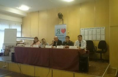 Глава управы Владимир Михеев ( в центре) ответил на вопросы жителей