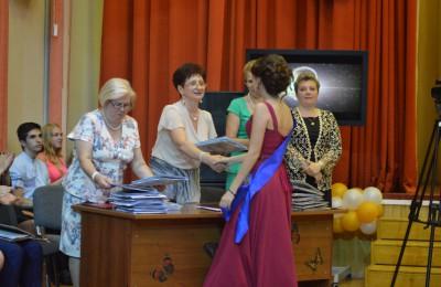 Нина Пожарова вручает аттестаты выпускникам