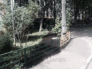 Отремонтированное ограждение во дворе дома №11, корпус 5 на улице Красного Маяка