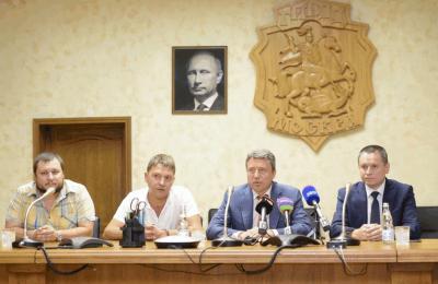 Депутат Госдумы Анатолий Выборный (второй справа)