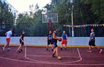 Баскетбольный матч на площадке в районе Чертаново Центральное