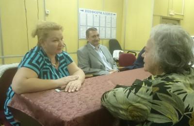 Анна Гурова общается с жителями после встречи