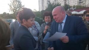 Глава управы Владимир Михеев вручает благодарственное письмо Нине Пожаровой