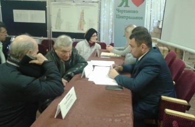 Исполняющий обязанности главы управы Сергей Волков (Справа)