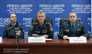 Заместитель начальника Главного управления МЧС России по Москве Андрей Мищенко (в центре)