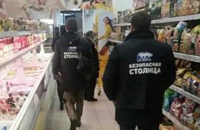Активисты рейда осматривают местные магазины