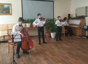 Участники концерта за игрой на музыкальных инструментах