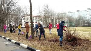 Жители района вышли на уборку территории школы №880