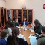 Директор школы №880 Денис Тырсин с учениками