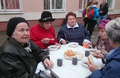 Кашей из полевой кухни угостили ветеранов района