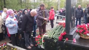 Сергей Жабин возлагает цветы с участником войны Анатолием Северухиным