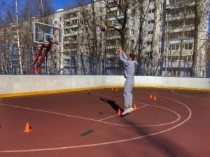 Председатель молодежной палаты района Дмитрий Миронов проводит баскетбольные игры среди местных спортсменов