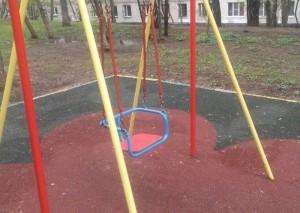 Отремонтированные качели на улице Днепропетровская