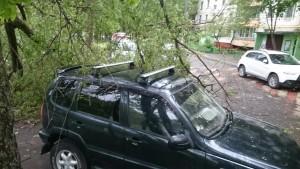 Чудом не пострадавший автомобиль