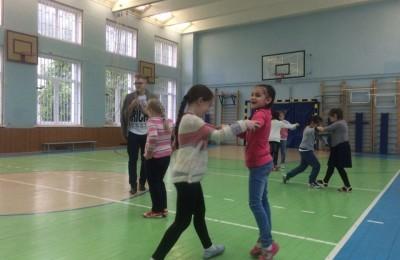 Ребята занимаются бальными танцами в школе №880
