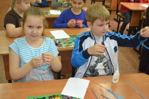 Дети на мастер-классе по квиллингу