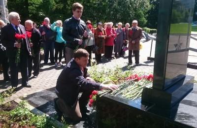 Депутаты возлагают цветы к памятнику