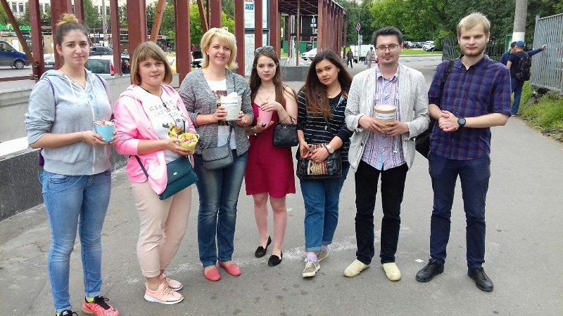 Активисты района раздали конфеты местным жителям