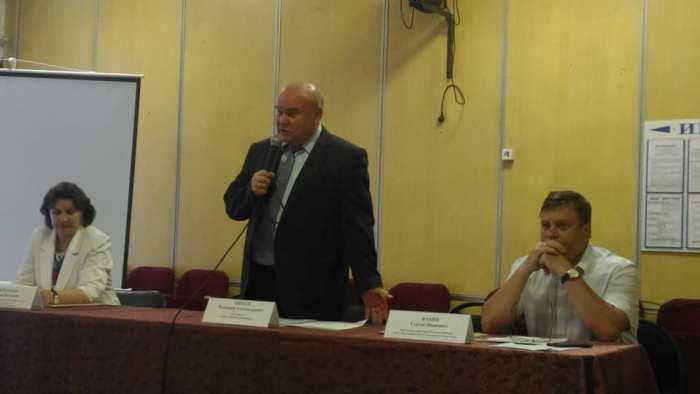 Глава районной управы Владимир Михеев на встрече с жителями